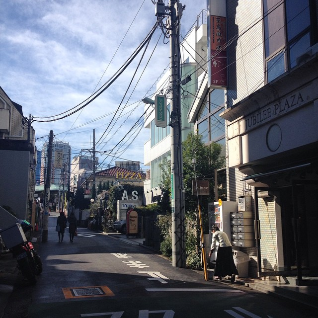 Sunny Tokyo ☀️ I love these little streets...so full of charm ! All styles and eras of architecture are mixed in Tokyo, it's really unique !