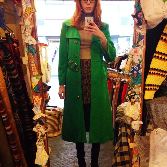 I was really unwell with jetlag today but managed to find this dazzling 60s coat in my favorite Shimo-Kitazawa vintage boutique, Ocean's Boulevard. Do you like it ? I want to cut it a bit above the knees, should I ? ????