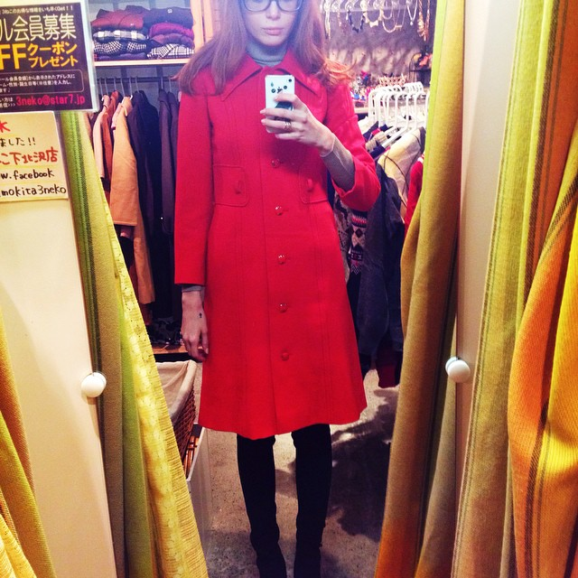 So I cut the green coat and it's perfect ? This red one I keep just as it is ❤️ Cost me 15$ and the green one 20$ how amazing is that ? Vintage is so cheap in Shimo-Kitazawa ! ?? it's where I got my beloved leopard coat too.