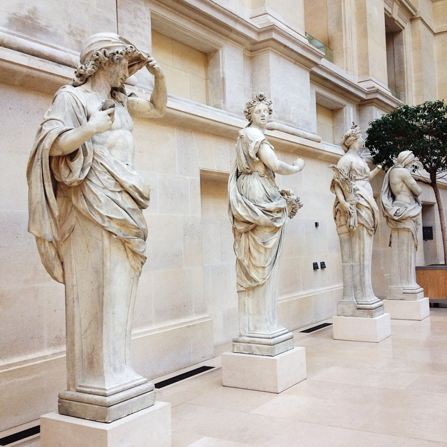 I used to go every week to the Louvre when I was a student..Studying quietly at the library, visiting the different departments (only one at a time, so the artistic emotion would be more focused and intense). I miss those days...